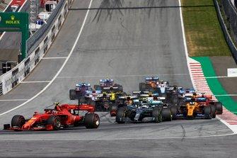 Charles Leclerc, Ferrari SF90, precede Valtteri Bottas, Mercedes AMG W10, Lewis Hamilton, Mercedes AMG F1 W10, Lando Norris, McLaren MCL34, Kimi Raikkonen, Alfa Romeo Racing C38, e il resto delle auto all'inizio della gara