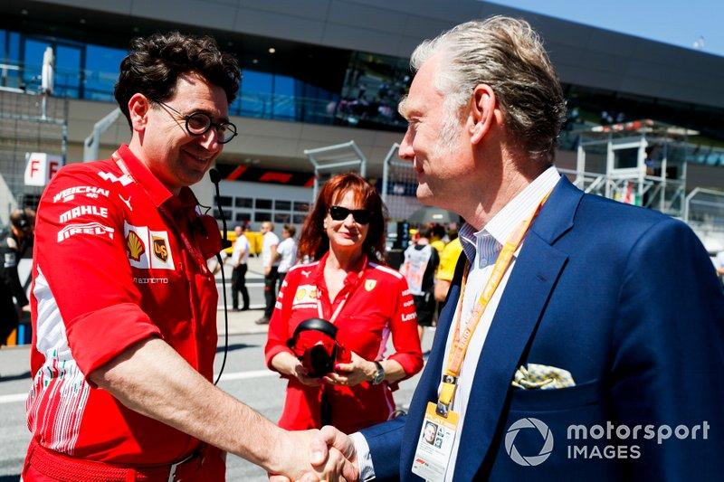 Mattia Binotto, Team Principal Ferrari e Sean Bratches, Amministratore delegato delle operazioni commerciali, Formula One Group sulla griglia