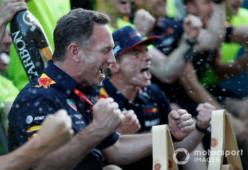 Christian Horner y Max Verstappen, Red Bull Racing celebran con el equipo