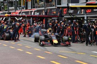 Pierre Gasly, Red Bull Racing RB15, lascia il suo pit box dopo uno stop