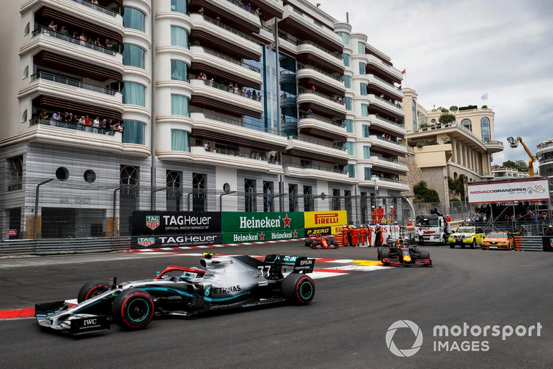 Valtteri Bottas, Mercedes AMG W10, Max Verstappen, Red Bull Racing RB15, y Sebastian Vettel, Ferrari SF90