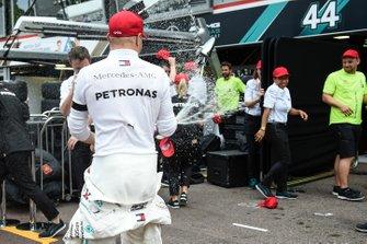 Valtteri Bottas, Mercedes AMG F1, 3rd position, and the Mercedes team celebrate