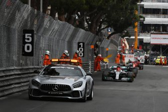 Safety Car voor Lewis Hamilton, Mercedes AMG F1 W10, en Max Verstappen, Red Bull Racing RB15