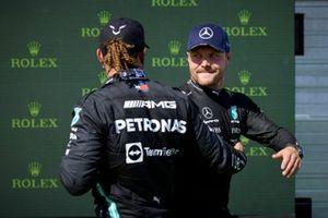 Lewis Hamilton, Mercedes, e Valtteri Bottas, Mercedes, si congratulano a vicenda