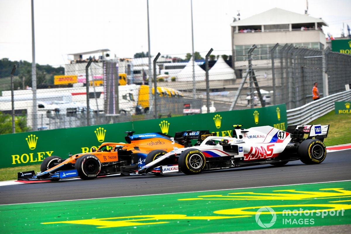 Daniel Ricciardo, McLaren MCL35M, lucha con Mick Schumacher, Haas VF-21