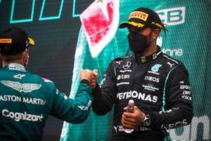 Le deuxième Sebastian Vettel, Aston Martin, et le troisième Lewis Hamilton, Mercedes, sur le podium