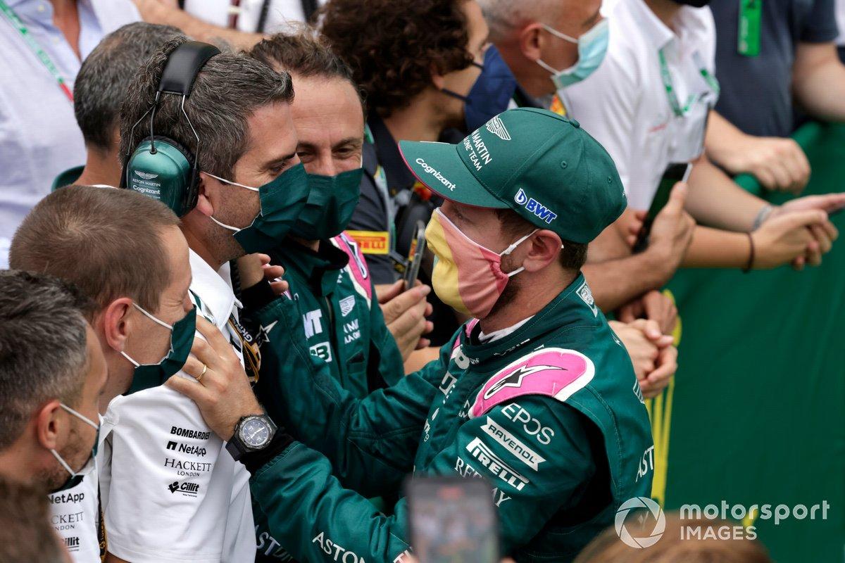 Sebastian Vettel, Aston Martin, secondo classificato, festeggia con il team al Parc Ferme