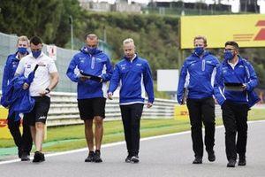 Nikita Mazepin, Haas F1, walks the circuit with colleagues