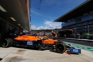 Lando Norris, McLaren MCL35M, lascia il garage