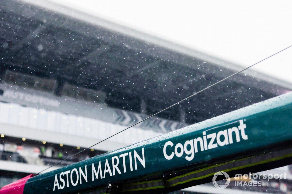 La lluvia cae sobre el equipo de boxes de Aston Martin