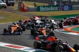 Max Verstappen, Red Bull Racing RB16B, Daniel Ricciardo, McLaren MCL35M, Lando Norris, McLaren MCL35M, Pierre Gasly, AlphaTauri AT02, Lewis Hamilton, Mercedes W12, en de rest van het veld in de openingsronde