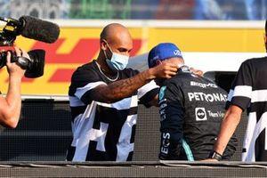 Sprinter Lamont Marcel Jacobs overhandigt Valtteri Bottas, Mercedes, zijn medaille