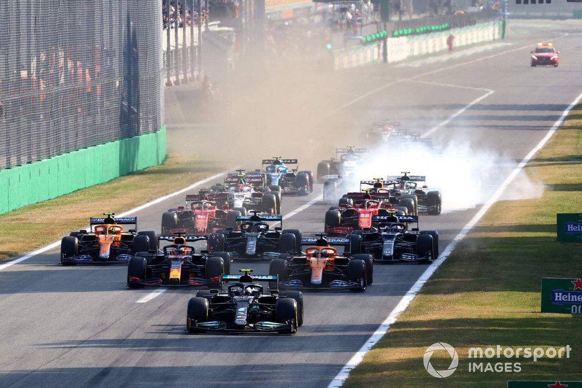 Valtteri Bottas, Mercedes W12, Max Verstappen, Red Bull Racing RB16B, Daniel Ricciardo, McLaren MCL35M, Lando Norris, McLaren MCL35M, Lewis Hamilton, Mercedes W12, Pierre Gasly, AlphaTauri AT02, al inicio