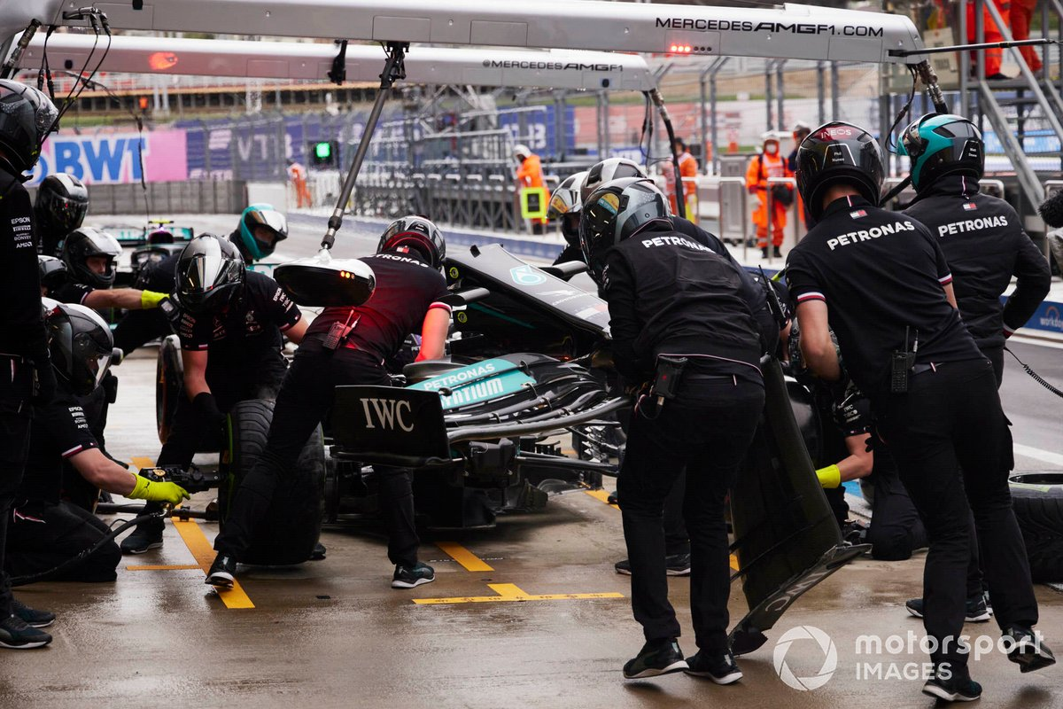 Los mecánicos sustituyen el alerón delantero del coche de Lewis Hamilton, Mercedes W12, durante la clasificación