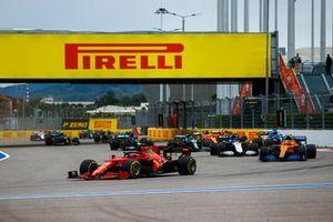 Carlos Sainz Jr., Ferrari SF21, Lando Norris, McLaren MCL35M, George Russell, Williams FW43B, Fernando Alonso, Alpine A521, Daniel Ricciardo, McLaren MCL35M, and the rest of the field on the opening lap