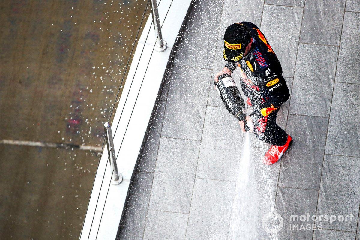 Max Verstappen, Red Bull Racing, 2a posizione, spruzza Champagne sul podio