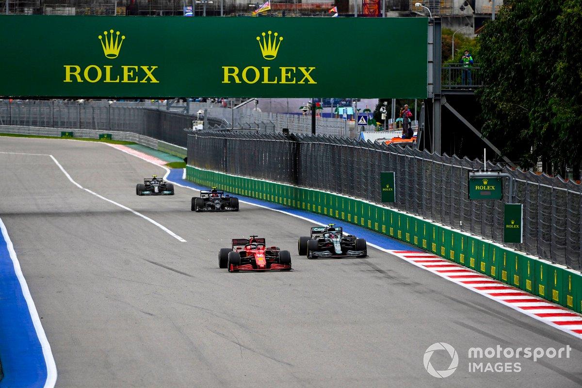 Charles Leclerc, Ferrari SF21, Sebastian Vettel, Aston Martin AMR21, y Pierre Gasly, AlphaTauri AT02