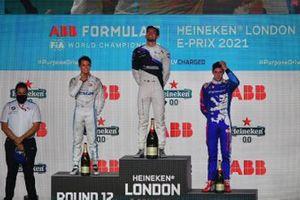 Nyck de Vries, Mercedes-Benz EQ, 2e plaats, Jake Dennis, BMW i Andretti Motorsport, 1e plaats, Alex Lynn, Mahindra Racing, 3e plaats, op het podium