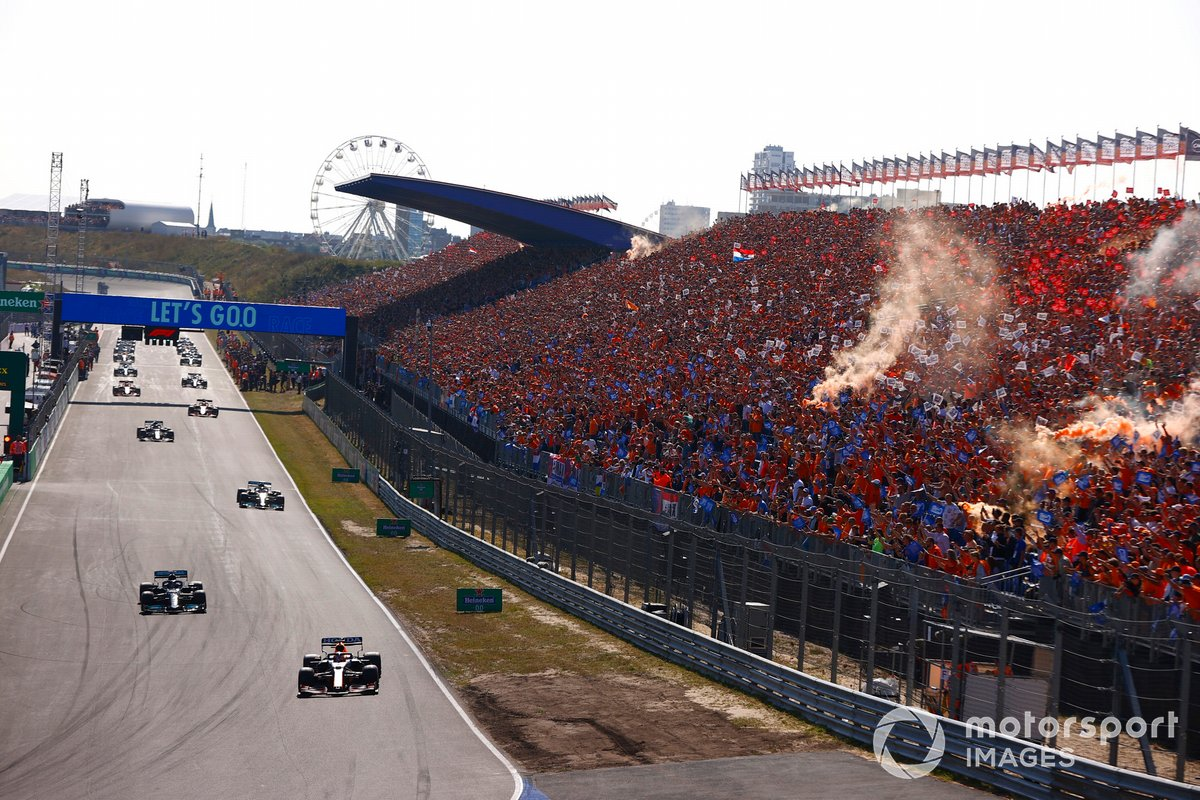 Max Verstappen, Red Bull Racing RB16B, Lewis Hamilton, Mercedes W12, Valtteri Bottas, Mercedes W12, e il resto dei piloti durante il giro di formazione