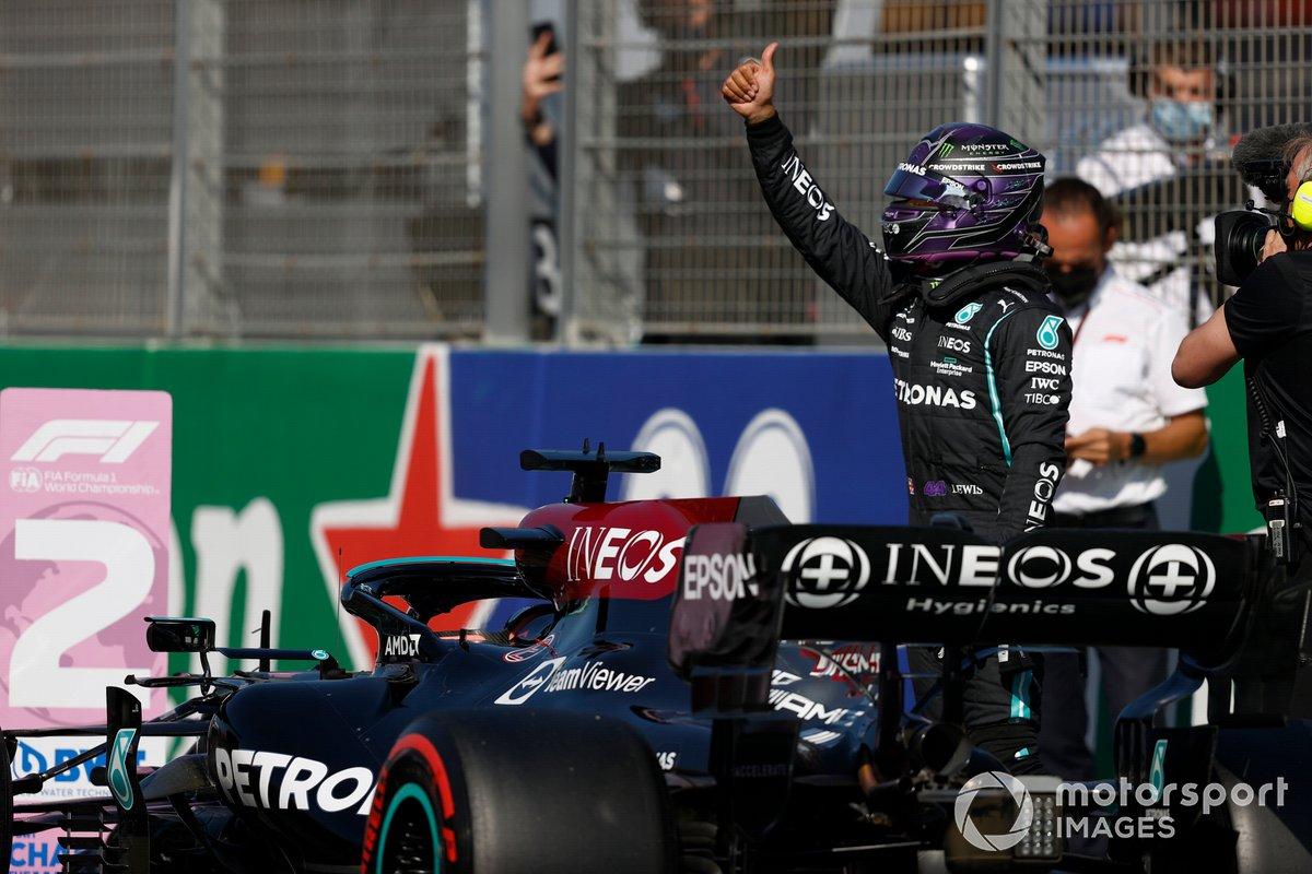 Lewis Hamilton, Mercedes, dà un pollice in su da Parc Ferme