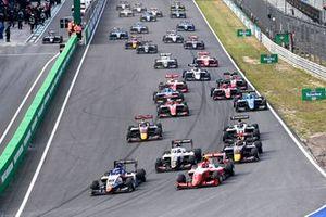 Logan Sargeant, Charouz Racing System, Arthur Leclerc, Prema Racing, Amaury Cordeel, Campos Racing et Ayumu Iwasa, Hitech Grand Prix au départ