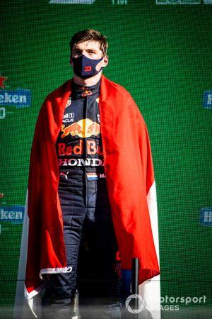 Max Verstappen, Red Bull Racing, 1a posizione, con la bandiera olandese