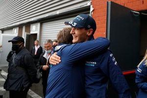 George Russell, Williams, festeggia con Jost Capito, CEO, Williams, dopo il secondo posto conquistato durante le qualifiche