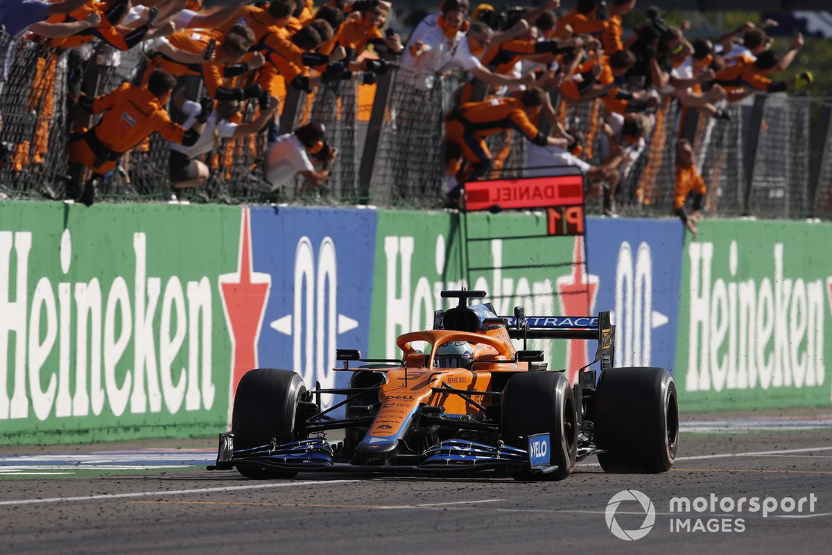 Il vincitore della gara Daniel Ricciardo, McLaren MCL35M
