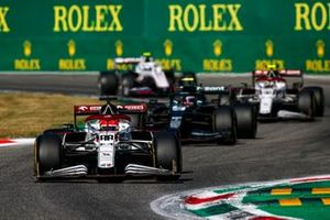 Robert Kubica, Alfa Romeo Racing C41, Sebastian Vettel, Aston Martin AMR21