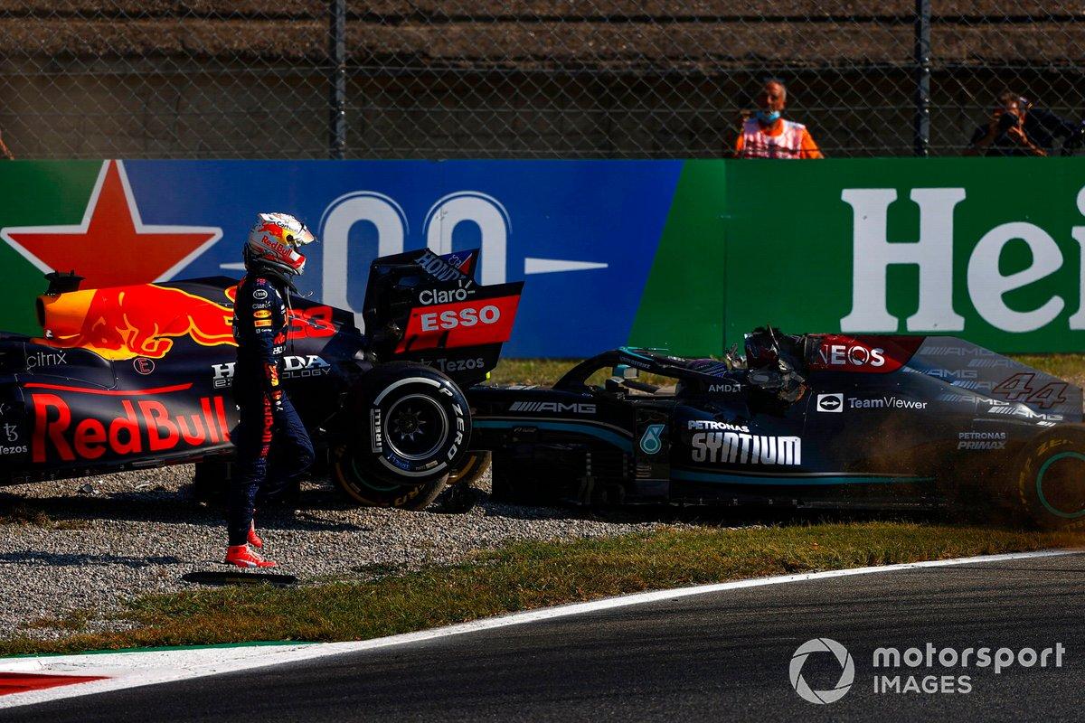 Max Verstappen, Red Bull Racing RB16B, si allontana dalla sua auto dopo l'incidente con Lewis Hamilton, Mercedes