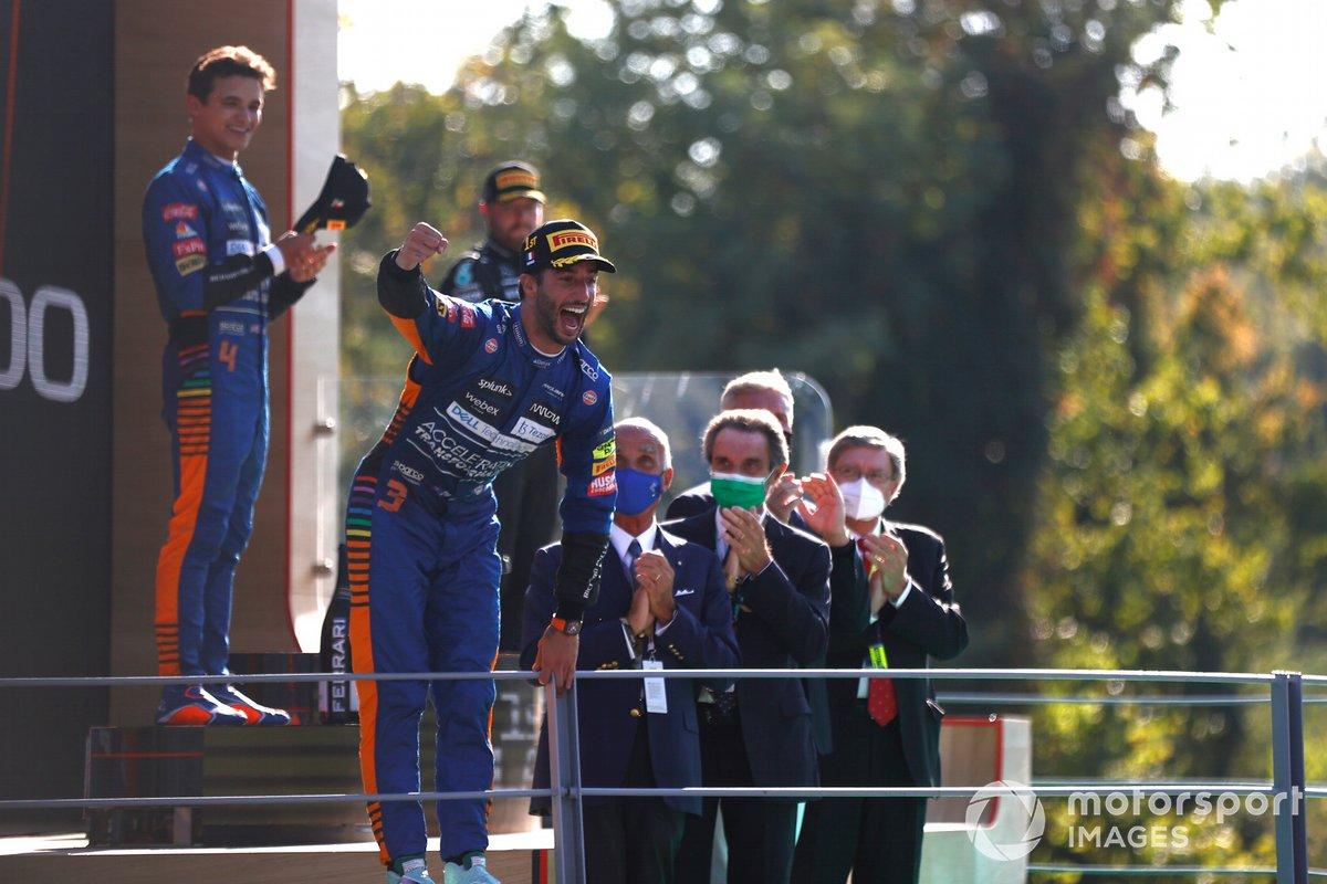 Daniel Ricciardo, McLaren, 1a posizione, festeggia sul podio