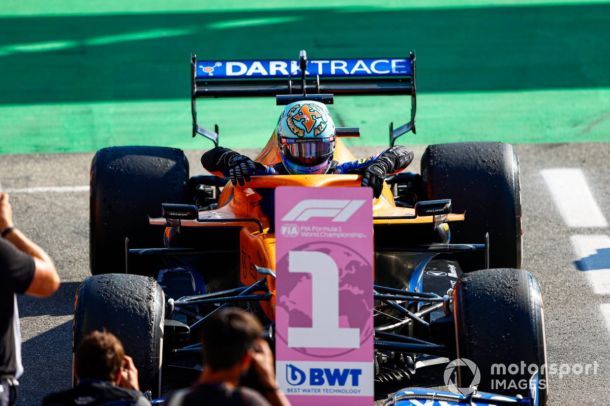 Daniel Ricciardo, McLaren MCL35M, 1a posizione, arriva nel Parc Ferme