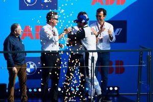 Norman Nato, Venturi Racing, 1e positie, Jean Todt, FIA President, Alejandro Agag, Voorzitter Formule E, Jamie Reigle, CEO Formule E, Alberto Longo, waarnemend CEO, Chief Championship Officer van Formule E