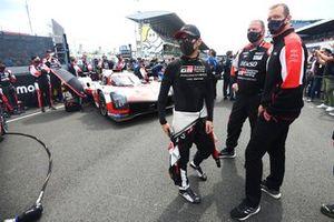 Kamui Kobayashi, #7 Toyota Gazoo Racing Toyota GR010 - Hybrid Hypercar met Alexander Wurz.