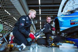 Механики Carville Racing работают с подвеской