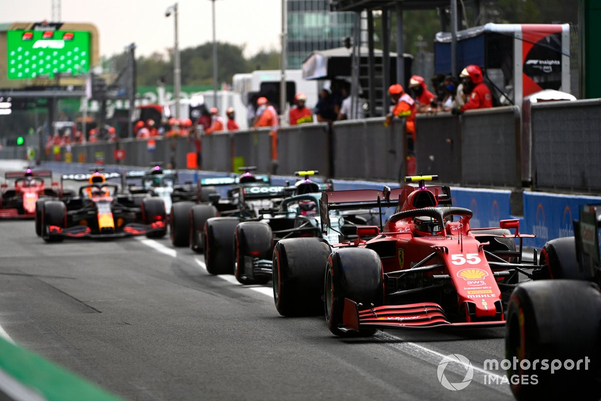 Carlos Sainz Jr., Ferrari SF21, Sebastian Vettel, Aston Martin AMR21, en el pit lane
