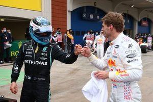 Valtteri Bottas, Mercedes, 1a posizione, si congratula con Max Verstappen, Red Bull Racing, 2a posizione, nel Parc Ferme