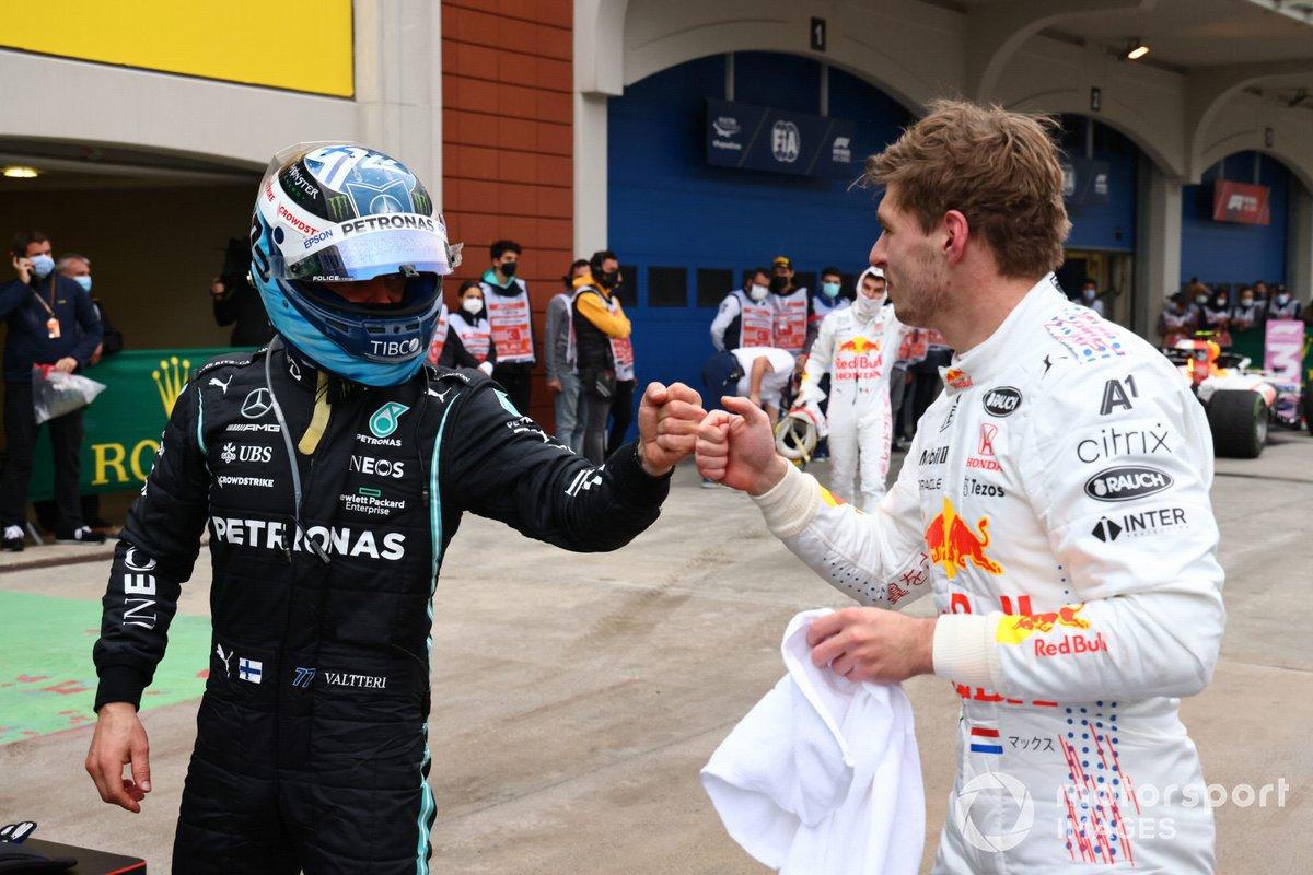 Valtteri Bottas, Mercedes, 1ª posición, es felicitado por Max Verstappen, Red Bull Racing, 2ª posición, en el Parc Ferme