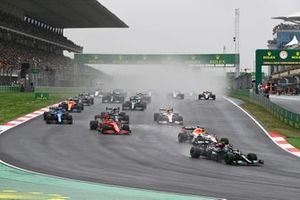 Valtteri Bottas, Mercedes W12, Max Verstappen, Red Bull Racing RB16B, Charles Leclerc, Ferrari SF21, Fernando Alonso, Alpine A521, Pierre Gasly, AlphaTauri AT02, and the rest of the field at the start