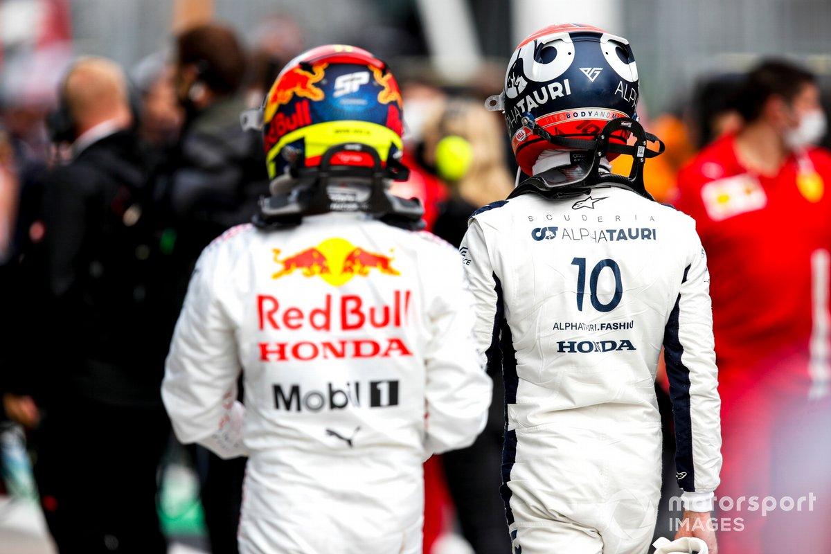 Sergio Pérez, Red Bull Racing, y Pierre Gasly, AlphaTauri, en el Parc Ferme tras la clasificación