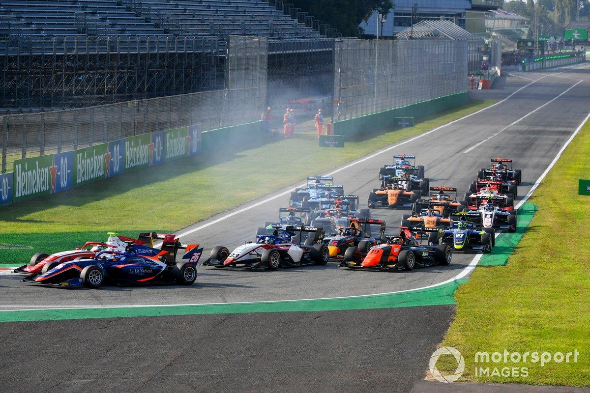 Clement Novalak, Carlin, Frederik Vesti, Prema Racing y Roman Stanek, Charouz Racing System, al inicio de la carrera