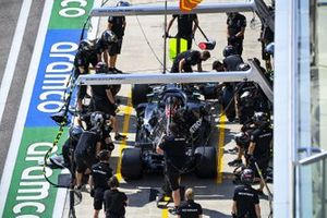 The Mercedes pit crew with the car of Lewis Hamilton, Mercedes F1 W11