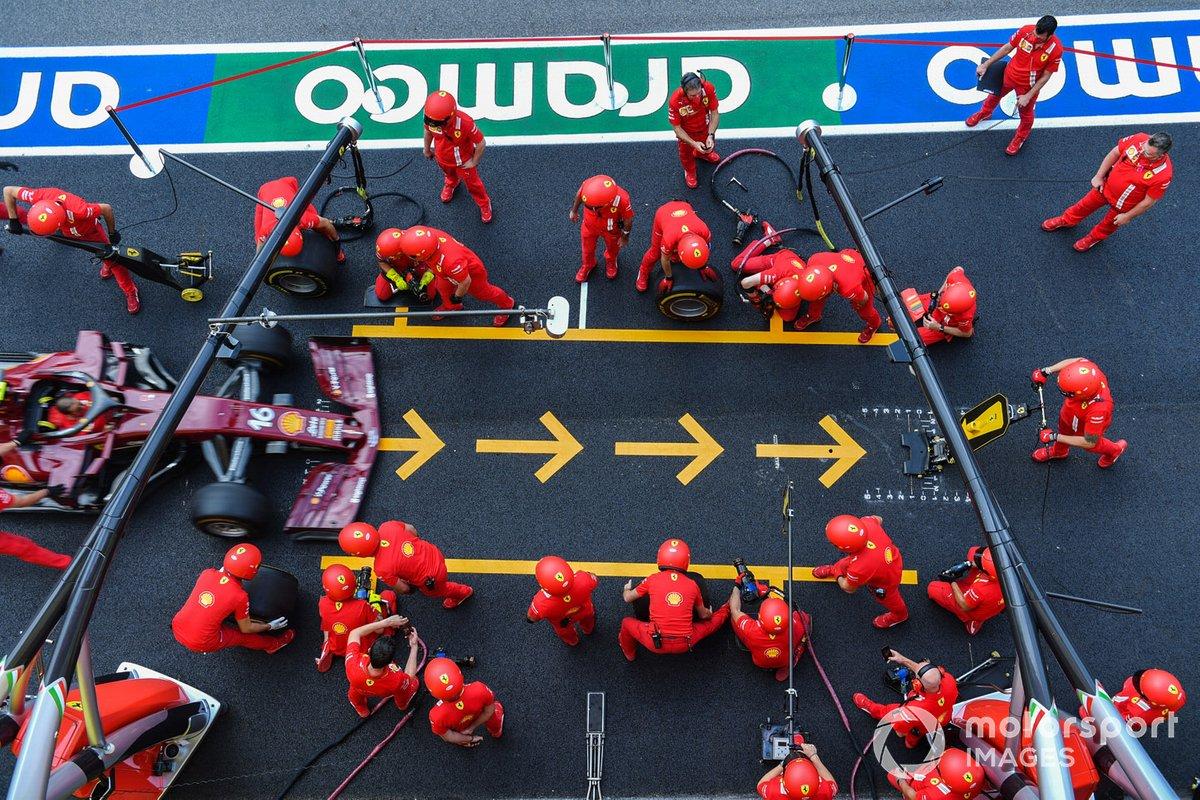 Meccanici Ferrari effettuano una prova pitstop
