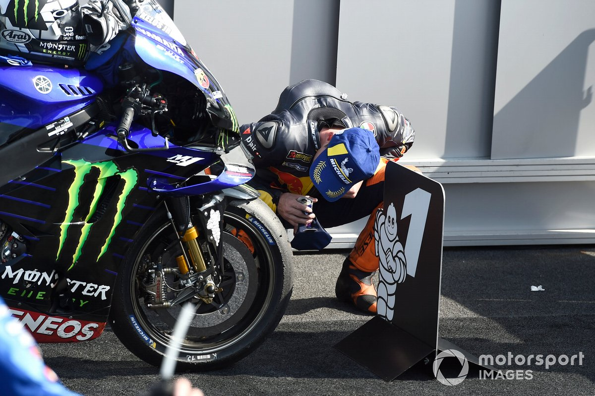 Pol Espargaro, Red Bull KTM Factory Racing, guarda la Yamaha M1