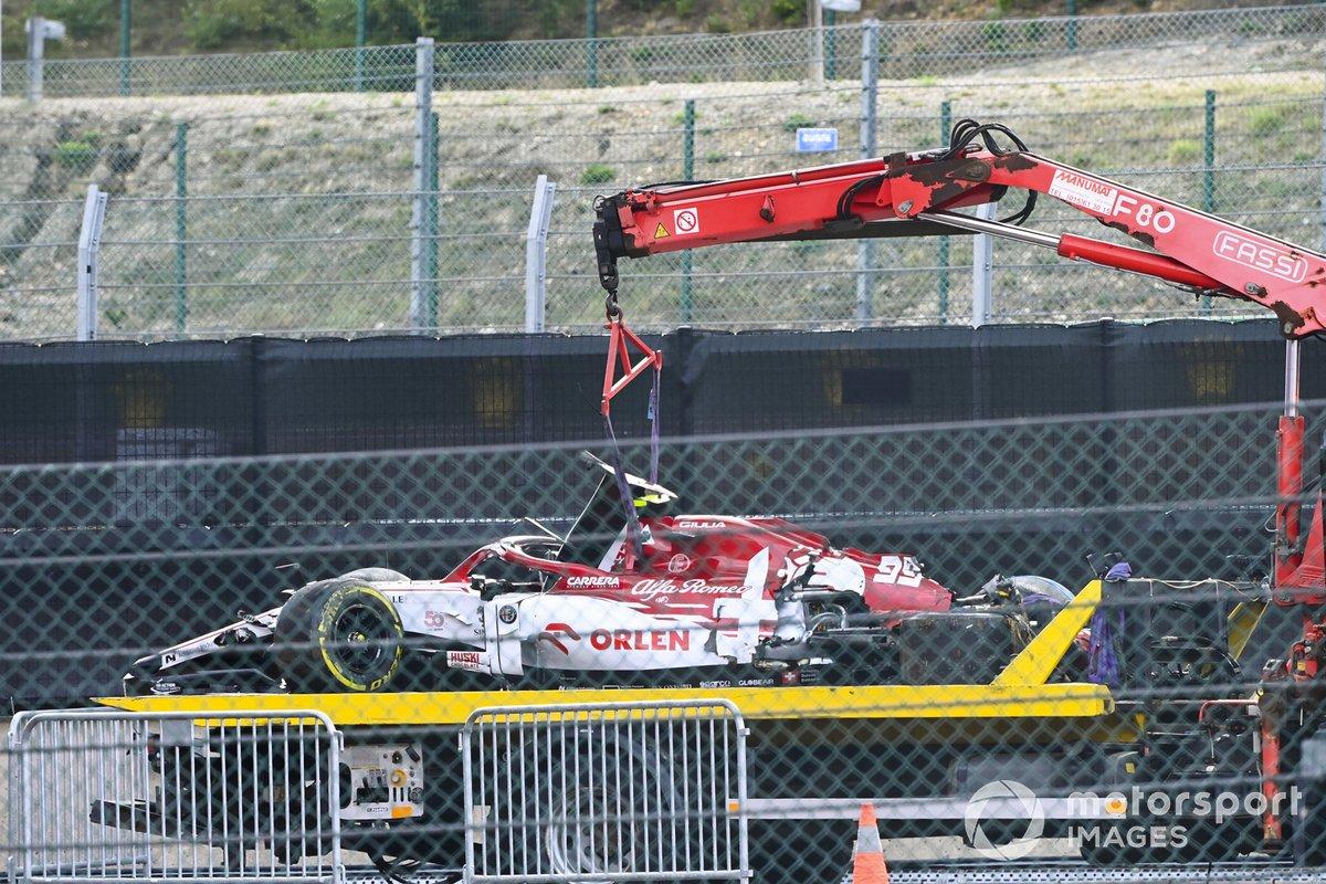 L'auto di Antonio Giovinazzi, Alfa Romeo Racing C39 viene caricata sul carroattrezzi