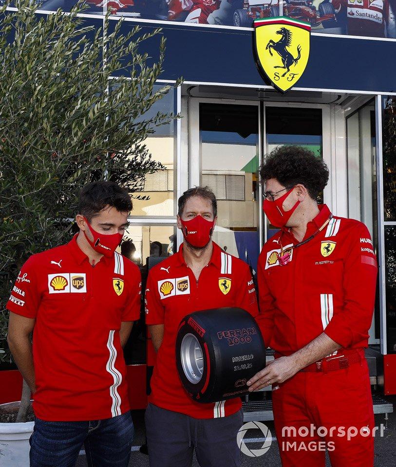 Charles Leclerc, Ferrari, Sebastian Vettel, Ferrari y Mattia Binotto, Team Principal Ferrari con el Pirelli Pole Postion Award por las 1000 carreras de Ferrari