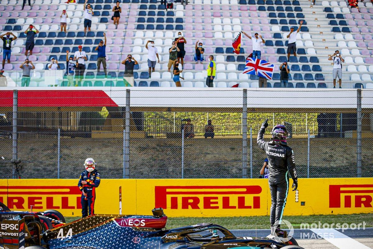 Обладатель поула Льюис Хэмилтон, Mercedes-AMG F1, приветствует болельщиков