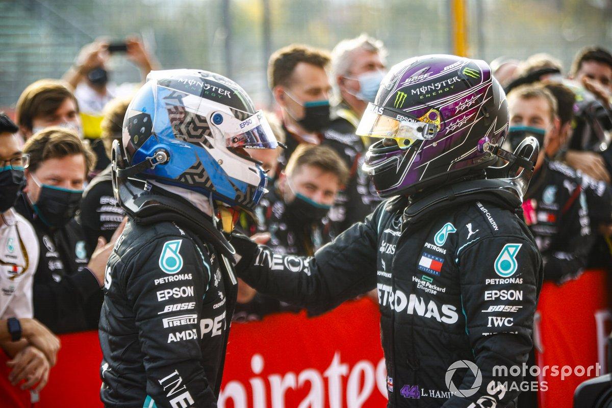 Valtteri Bottas, Mercedes-AMG F1 e il vincitore della gara Lewis Hamilton, Mercedes-AMG F1 festeggiano al Parc Ferme