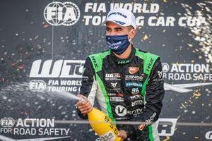 Race winner Mikel Azcona, Zengo Motorsport Services KFT CUPRA León Competición TCR
