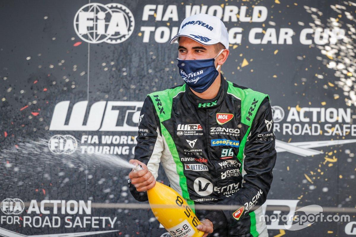 Il vincitore della gara Mikel Azcona, Zengo Motorsport Services KFT CUPRA León Competición TCR